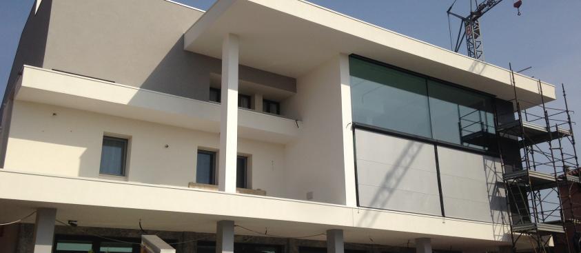 Facciata con vetri strutturali